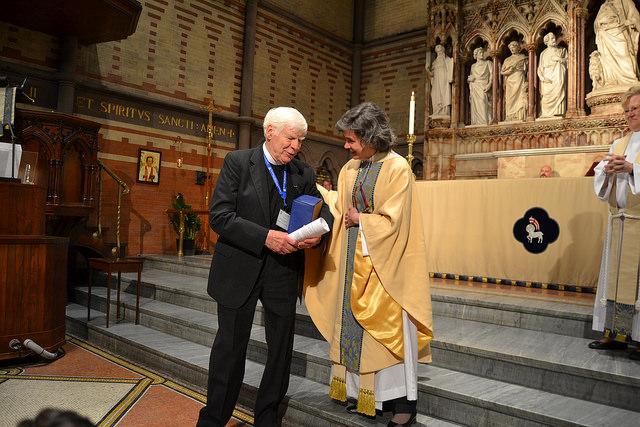 Fr. Hulme '59 accepts the award from Rita Steadman '97